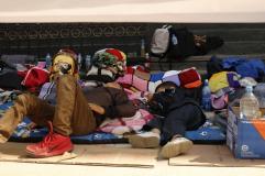 familiares, incluyendo niños, acompañan a las madres